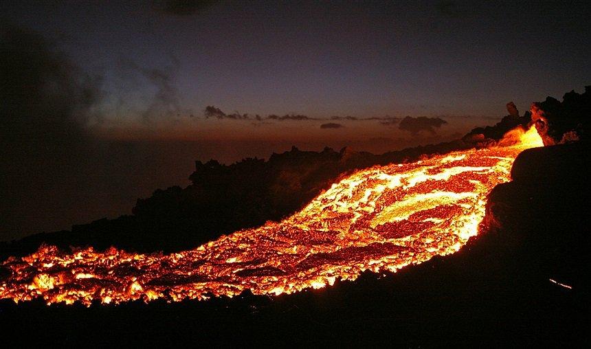 Gloeiende stroom lava uit de Pacaya vulkaan