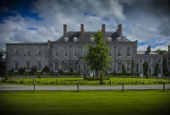 Castle Durrow is een Ierse 'mansion' van maar liefst 300 jaar oud. Shelly en Peter knapten het gebouw in 2,5 jaar eigenhandig op.
