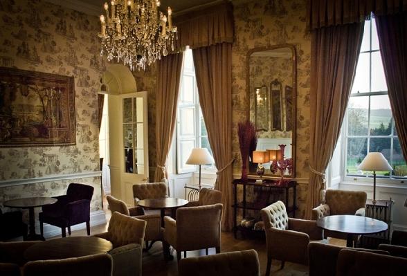 Het kasteel omvat behalve hotelkamers ook een restaurant, een beautysalon en 18 hectare tuinen.