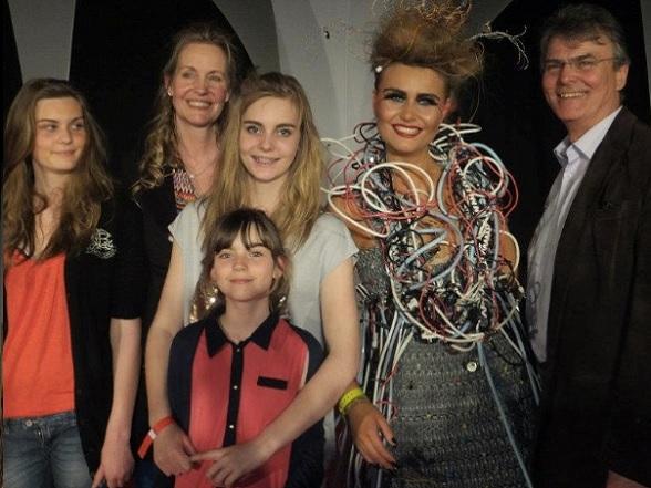 Shelly en Peter met hun vier dochters. Tess, de oudste, doet op de foto mee aan een 'Junk-Kouture' competitie voor school.