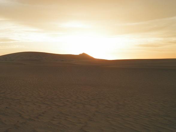 zonsondergang in woestijn bij Ica