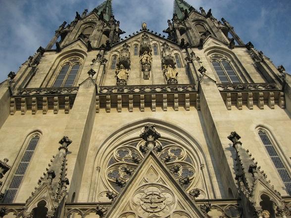 De kathedraal van Sint Wenceslas in Olomouc. Vanwege haar 28 kerken wordt de stad ook wel de spirituele hoofdstad van Moravië genoemd.