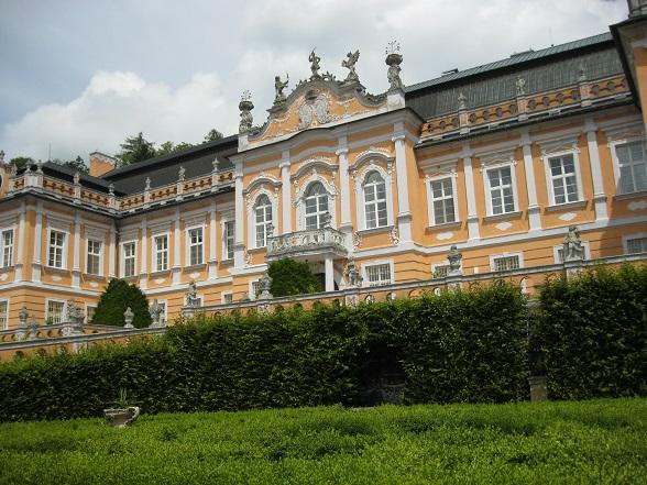 Nove Hrady Chateau, een roccoco paleis uit 1777, is de grootste trekpleister van het dorpje Nove Hrady. Het wordt ook wel het Versailles van Tsjechië genoemd.