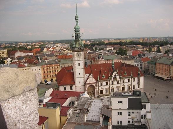 Uitzicht over Horní Náměsti, het belangrijkste plein van Olomouc, gezien vanaf de toren van één van de kerken.
