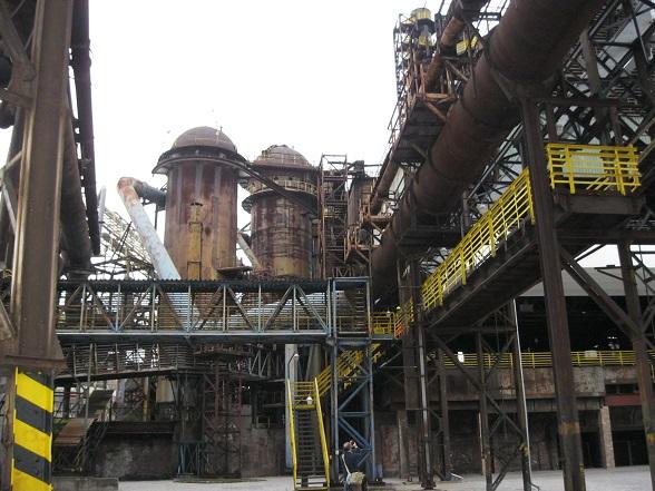 Het ijzeren labyrinth van Vítkovice, een voormalige staalfabriek in Ostrava. Bijzonder is dat op deze locatie jaarlijks het muziekfestival 'Colours of Ostrava' plaatsvindt.