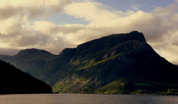 De Fjorden van Noorwegen kenmerken zich in hoge toppen die grenzen aan minstens even diepe waters.