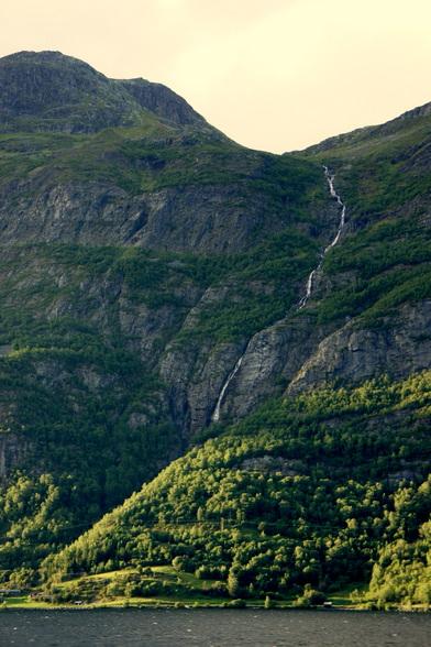 Regen- en smeltwater verzamelt zich en stort zich langs de hellingen tot in de Fjorden.