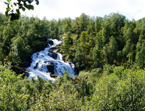 Het smeltwater kan grote, vaak gevaarlijke, stroomversnellingen maken.