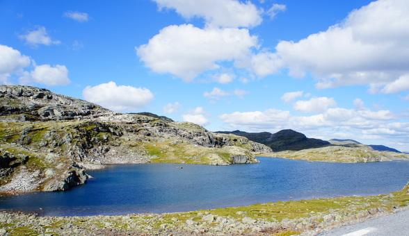 In de hooglanden, waar in de winter de sneeuw elke doorgang afsluit, is de zomer bijzonder kleurrijk. Korstmossen en helder water steken scherp af tegen de grijze steen.