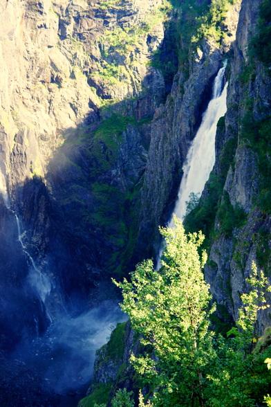 De door gletsjers uitgesleten dalen zijn vaak scherp en diep. Watervallen zoals deze zijn dus zeker geen uitzondering.