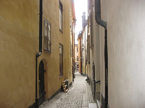 Typisch voor Gamla Stan is dat geen enkele straat recht loopt. Het geheel van steegjes en straten staat schots en scheef op elkaar en de gebouwen leunen als het ware tegen elkaar aan. Dit zorgt voor een aparte sfeer.