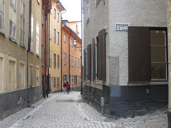 Het oude stadshart van Stockholm staat bekend om haar vele kleine, smalle straatjes. De huizen zijn vrolijk gekleurd in geel-, rood en oranjetinten.