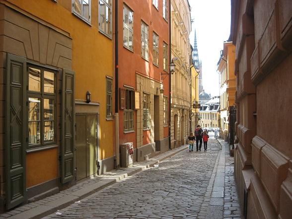 Veel gebouwen in Stockholm zijn rood gekleurd, omdat rode verf door de ijzerhoudende grond vroeger het goedkoopst was. In de zeventiende eeuw waren mensen daarentegen verplicht om hun huizen geel te verven, omdat de koning graag een mediterrane sfeer wilde creëren. Dit verklaart een deel van de kleurenpracht in de oude stad.