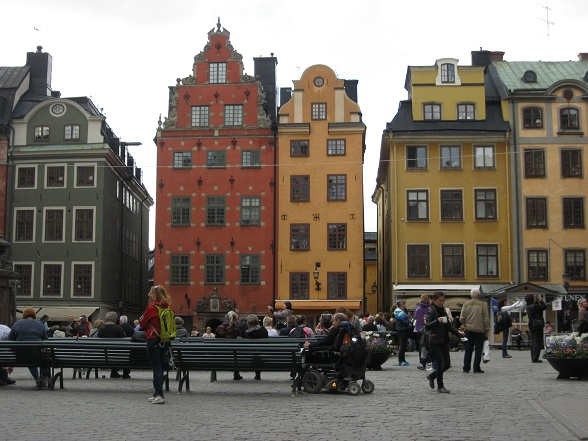 Stortorget ('Het Grote Plein') is waarschijnlijk het meest gefotografeerde plein van Gamla Stan. Dit is het oudste plein van Stockholm en letterlijk het hart van de stad. Van hieruit ontstond in de Middeleeuwen namelijk langzaamaan de stad Stockholm. Aan dit plein ligt ook het Nobelmuseet (Nobelmuseum). Je vindt er overdag vaak straatartiesten.