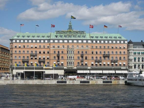 Het Grand Hotel Stockholm, gezien vanaf de kades van Gamla Stan en het Koninklijk Paleis.