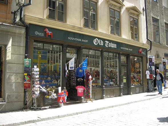 De straten van Gamla Stan zitten vol met toeristische winkeltjes, zoals deze souvenir shop. Vooral de Västerlanggatan heeft veel souvenirwinkels en restaurantjes. Österlånggatan is de 'street to be' voor kunst- en designwinkels.