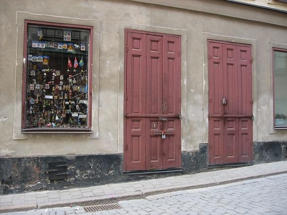 Oud en nieuw gaan hand in hand in Gamla Stan, zoals ook op deze foto: historische details naast op toeristen gerichte koopwaar.