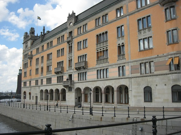 Vlakbij Gamla Stan, aan het plein waar ook het operagebouw ligt, bevindt zich het 'politieke hart' van het land met veel parlementsgebouwen en verschillende ministeries. Op de foto: parlementsgebouwen langs de buitenrand van Gamla Stan.