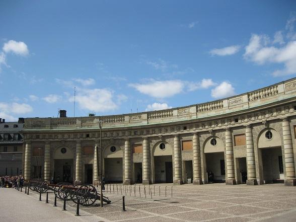 Ook het Kungliga Slottet (Koninklijk Paleis) ligt in Gamla Stan. Het werkpaleis van de koning is met meer dan 600 kamers enorm groot. Behalve de staatsvertrekken kun je hier verschillende musea bezoeken. Op het plein voor het paleis vindt in de zomermaanden dagelijks de wisseling van de wacht plaats.