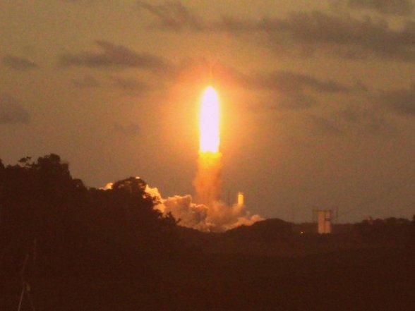 Kourou ligt op slechts 500 kilometer van de evenaar en is daardoor de gunstigst gelegen lanceerbasis ter wereld. Een bijkomend voordeel van de ligging van Kourou is dat de lanceerbaan boven zee ligt zodat er geen risico's voor de bevolking zijn in geval een lancering mislukt.