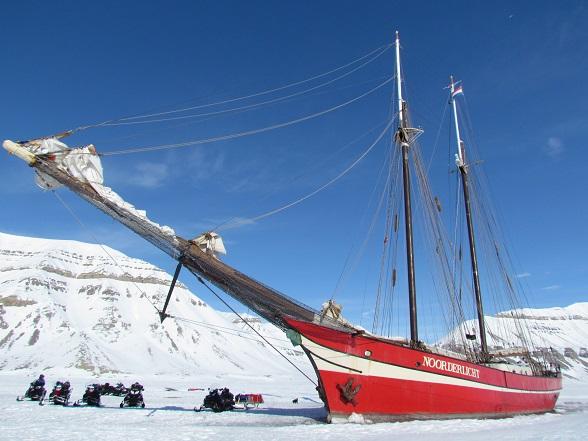 spitsbergen-schip-in-het-ijs
