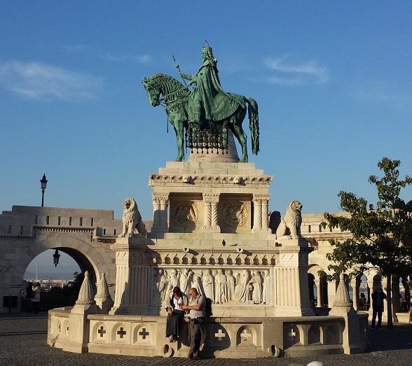 Op het plein tussen de Matthiaskerk en het Vissersbastion staat het standbeeld van koning Stefanus I van Hongarije