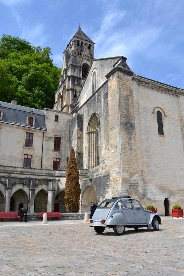 De 2CV voor de Abbaye van Brantôme