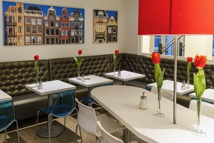 Ontbijtzaal nieuwe ibis Styles Amsterdam Central Station! Ontdek de vrolijke kleuren en een eigen stijl op elke verdieping