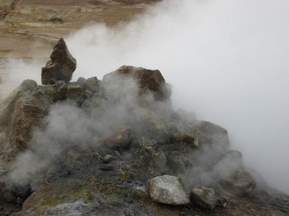 De mistflarden zorgen in combinatie met het geluid van pruttelende modder voor een bijzondere sfeer.