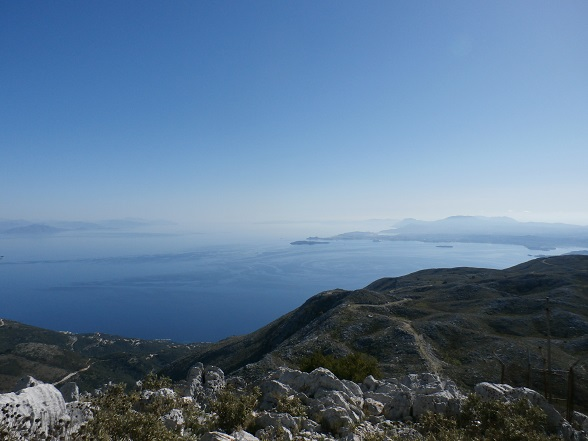 Bij helder weer kijk je vanaf de Pantokrator uit op Corfu, het Griekse vasteland en een stukje van Albanië
