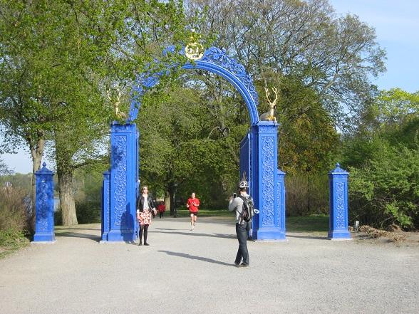 Djurgarden was vroeger een exclusief jachteiland voor de Zweedse koningen. De ingang van het park wordt nog steeds gemarkeerd door een poort in de kleur van het koninklijk huis.