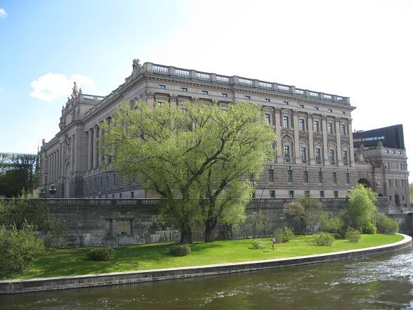 Het Koninklijk Paleis ligt vlakbij het oude centrum Gamla Stan. Bijzonder is dat je op de kades van het paleis gewoon mag vissen. Vooral zalm is populair.
