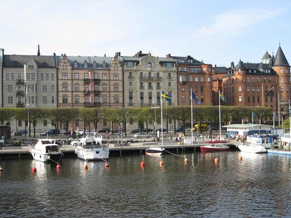 Omdat Stockholm op eilanden is gebouwd, is het niet gek dat je overal boulevards en water ziet. Hierbij Sodermalmen liggen talloze plezierjachten aangemeerd.