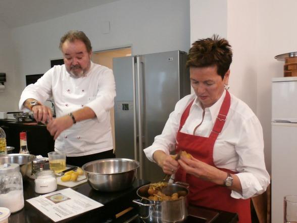 Gids en kok Peter in actie in de keuken, samen met zijn vrouw Erica