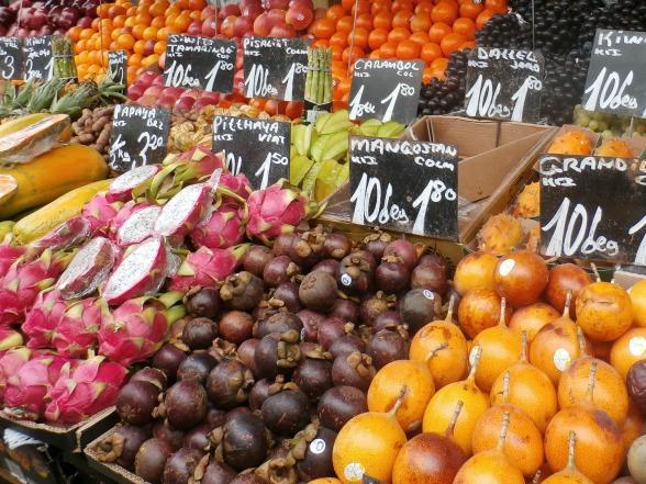Vers fruit op de Naschmarkt in Wenen