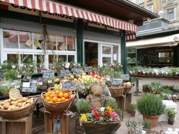"""Verse kruiden op de Naschmarkt in Wenen. """"Als ze een kruid hier niet hebben, dan bestaat het waarschijnlijk niet"""", aldus gids Peter."""