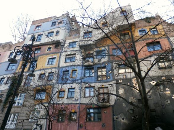 Ansichtkaartmateriaal: het bekende Hundertwasserhaus. De architect heeft het gebouw ontworpen om te laten zien dat sociale woningbouw ook leuk kan zijn.