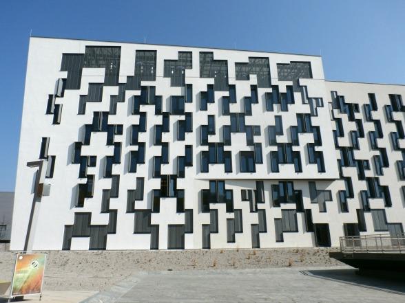 Het idee achter dit gebouw is om niet direct zichtbaar te maken waar de ene verdieping begint en de andere eindigt