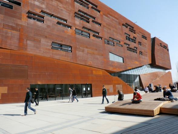 De architect die dit gebouw ontwierp, haalde zijn inspiratie onder andere uit roestvrij staal.