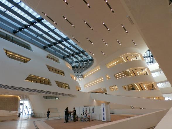 Ook de binnenkant van de gebouwen mag er zijn. Op de foto zie je de entree van het Learning Centre.