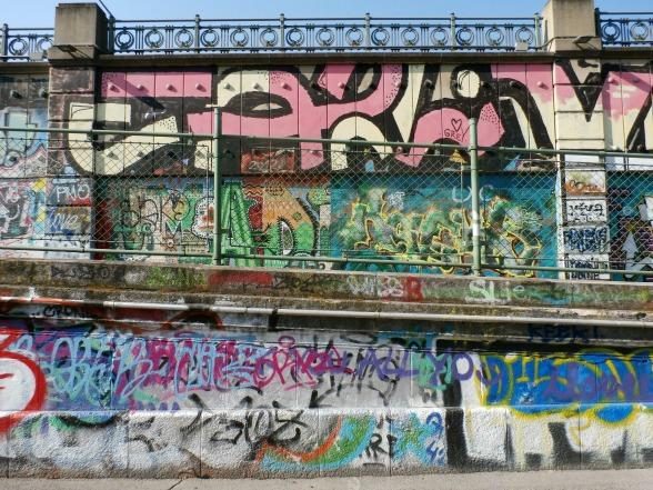 Langs het Donaukanaal in Wenen is over een lengte van 17 kilometer het spuiten van graffiti toegestaan. Dit levert mooie plaatjes op.