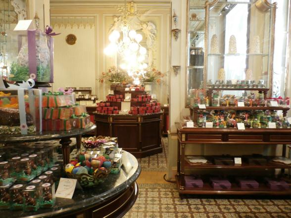 De winkel van 'Hofzuckerbäckerei' Demel, om de hoek van paleis Hofburg. Behalve de producten is ook het interieur van de winkel de moeite van het bekijken waard.