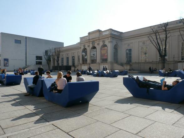 Het Museumkwartier, in het midden van Wenen, behoort wereldwijd tot de tien grootste cultuurcomplexen. De banken op het plein voor het Leopold Museum krijgen ieder jaar een andere kleur.