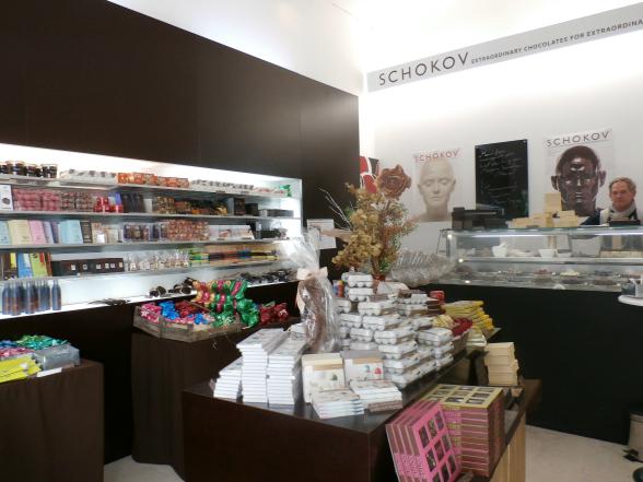Chocoladekunstenaar Schokov. De ene kant van de winkel bevat internationale producten, de andere kant louter chocolade van Oostenrijkse makelaardij.
