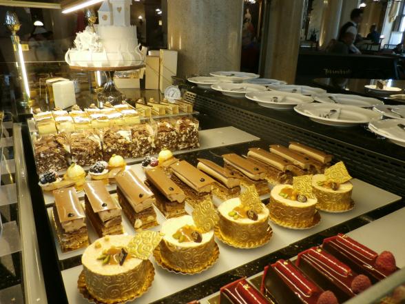 De gebakjes in Wenen zijn ware kunstwerkjes. Zo ook hier in Café Central. Dit koffiehuis bestaat als sinds 1876. Sigmund Freud was in vroegere jaren een vaste bezoeker.