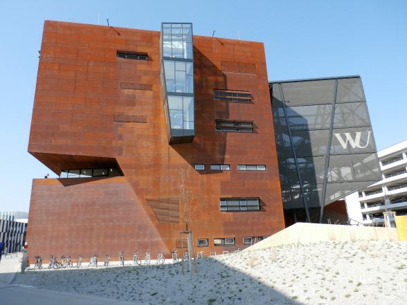 De hypermoderne campus van de faculteit economie. Als je van architectuur houdt, is een wandeling over de campus de moeite waard.