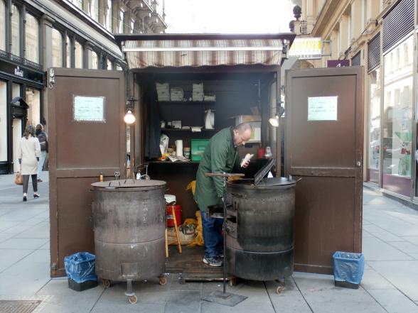 Een stalletje met gepofte kastanjes en gebakken aardappelschijfjes. Typische winterkost in Wenen.