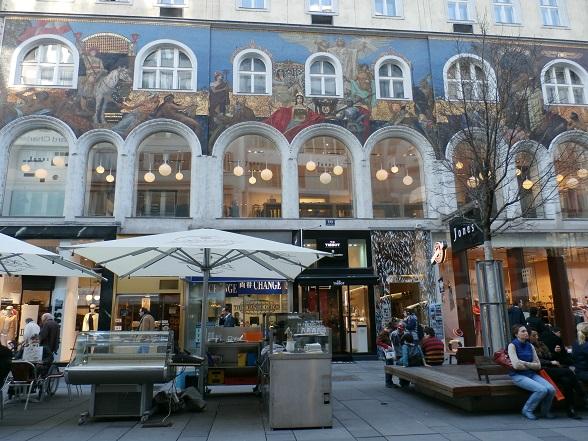 . Wandelen door Wenen voelt een beetje als een bezoek aan een openluchtmuseum. De gebouwen zijn mooi versierd in diverse stijlen, bijvoorbeeld Jugendstil.