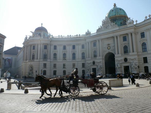 Wenen was ooit de hoofdstad van het Habsburgse rijk. De stad draagt nog veel sporen uit die tijd. Het paleis Hofburg, de voormalige winterresidentie van de vorsten, is hier een goed voorbeeld van.