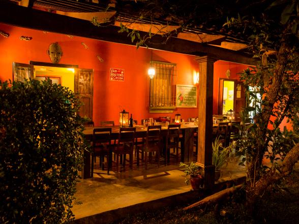 Ook 's avonds is het gezellig onder de veranda van Casa Aroma de Campo. Het diner wordt geserveerd aan de lange stamtafel.